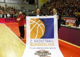 Heiko Schelberg (l.), Geschäftsführer der GIESSEN 46ers, und Daniel Müller, Geschäftsführer der 2. Basketball-Bundesliga, bei der Übergabe des Meisterbanners des ProA-Champions 2015 (Marco Kessler MEDIASHOTS)